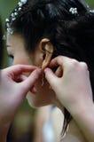 Boucles d'oreille de préparation de mariage Photo stock