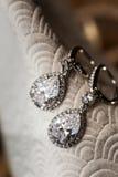 Boucles d'oreille du diamant de la jeune mariée Photos stock