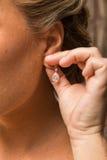 Boucles d'oreille du diamant de la jeune mariée Image libre de droits