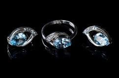 Boucles d'oreille et anneau du fond noir argenté Image libre de droits