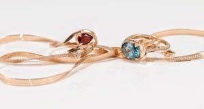 Boucles d'oreille et anneaux d'or de différents ensembles Images libres de droits