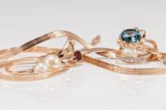 Boucles d'oreille et anneaux d'or de différents ensembles Images stock
