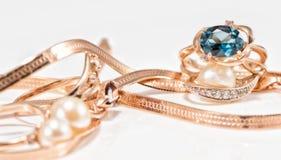 Boucles d'oreille et anneaux d'or de différents ensembles Image stock
