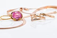 Boucles d'oreille et anneaux d'or de différents ensembles Image libre de droits