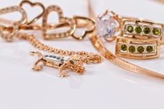 Boucles d'oreille et pendant d'or dans la forme de la salamandre Image stock
