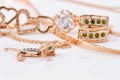 Boucles d'oreille et pendant d'or dans la forme de la salamandre Photos stock
