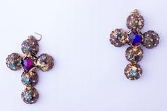 Boucles d'oreille lumineuses colorées sur le fond blanc Images stock