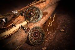 Boucles d'oreille orientales sur les branches décoratives Photo stock