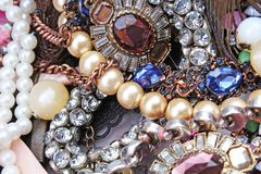 Boucles d'oreille renversantes de mode de fausse pierre de cristaux de bijoux dans des couleurs de perroquet Fond de bijou Textur photographie stock libre de droits