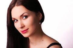Boucles d'oreille s'usantes de perle de beau femme photographie stock libre de droits