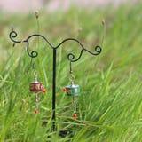 Boucles d'oreille sur le support sur l'herbe fraîche verte Photo stock