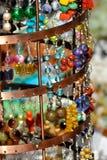 Boucles d'oreille sur une stalle du marché Image libre de droits