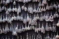 Boucles d'oreille sur une stalle du marché Photographie stock libre de droits