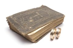Boucles de bible et de mariage Image stock