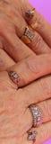 Boucles de diamant sur des mains Photographie stock libre de droits