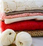 Boucles de laine et vêtements tricotés Photos stock
