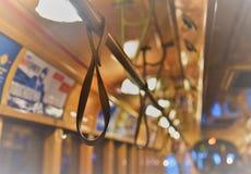 Boucles de main dans le tram images libres de droits