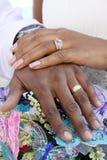 Boucles de mari et d'épouse/mains Image libre de droits
