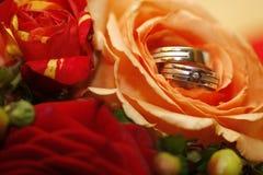 Boucles de mariage photos stock