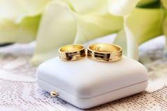 Boucles de mariage. photographie stock libre de droits