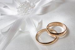 Boucles de mariage. Images libres de droits