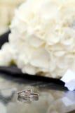 Boucles de mariage avec des fleurs Photos stock