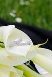 Boucles de mariage avec des fleurs Photos libres de droits