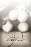 Boucles de mariage avec des fleurs sur le fond Image stock