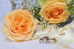 Boucles de mariage avec des roses Images libres de droits
