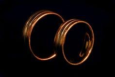Boucles de mariage bien usées debout Photo libre de droits