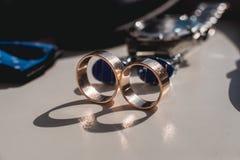 Boucles de mariage Chaussures en cuir noires, montre, noeud papillon bleu et boutons de manchette, sur un filon-couche blanc de f Photographie stock