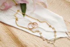 Boucles de mariage d'or Photo stock