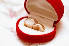 Boucles de mariage d'or. Image stock