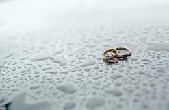 Boucles de mariage d'or Stockbilder