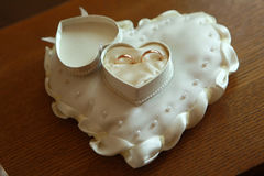 Boucles de mariage d'or Lizenzfreie Stockbilder