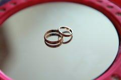Boucles de mariage d'or Lizenzfreie Stockfotos