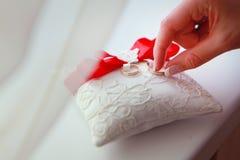 Boucles de mariage d'or Stockfotos