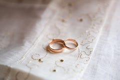 Boucles de mariage d'or Stockfoto