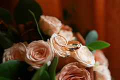Boucles de mariage d'or Stockbild