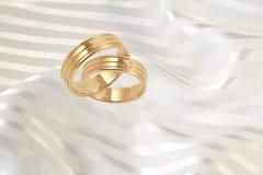 Boucles de mariage d'or avec des diamants   Photographie stock