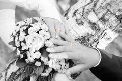 Boucles de mariage d'or sur une image de blackground Photographie stock libre de droits