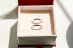 Boucles de mariage dans le cadre Images libres de droits