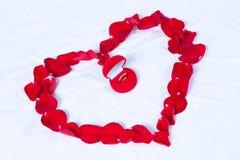Boucles de mariage dans le cadre rouge Image libre de droits