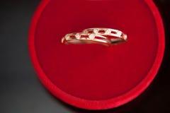 Boucles de mariage dans un cadre Images libres de droits