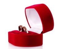 Boucles de mariage dans un cadre de cadeau rouge Images stock