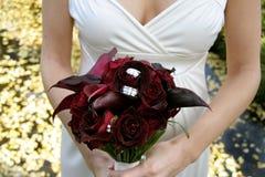 Boucles de mariage de Bouqet de plomb de mariée Images libres de droits