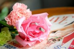 Boucles de mariage de mariée et de marié Image libre de droits