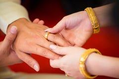 Boucles de mariage Elle a mis l'anneau de mariage sur lui Photographie stock libre de droits