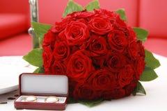 Boucles de mariage et bouquet de mariage Images libres de droits