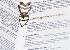 Boucles de mariage et certificat de mariage Photo stock